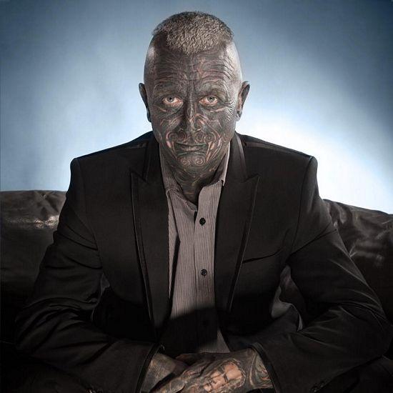 ¿Le darías tu voto? Este hombre con muchos tatuajes opta por ser presidente de la República Checa