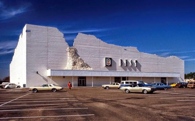 Tienda BEST en Houston. James Wines