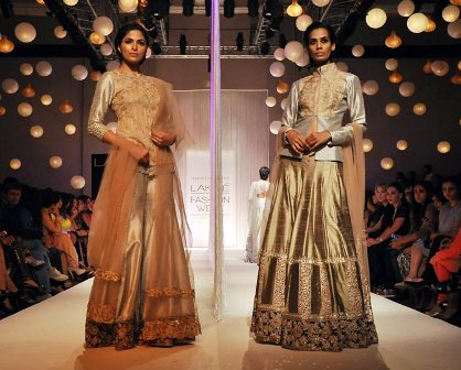 Manish-Malhotra-Designs-at-LAKMÉ-FASHION