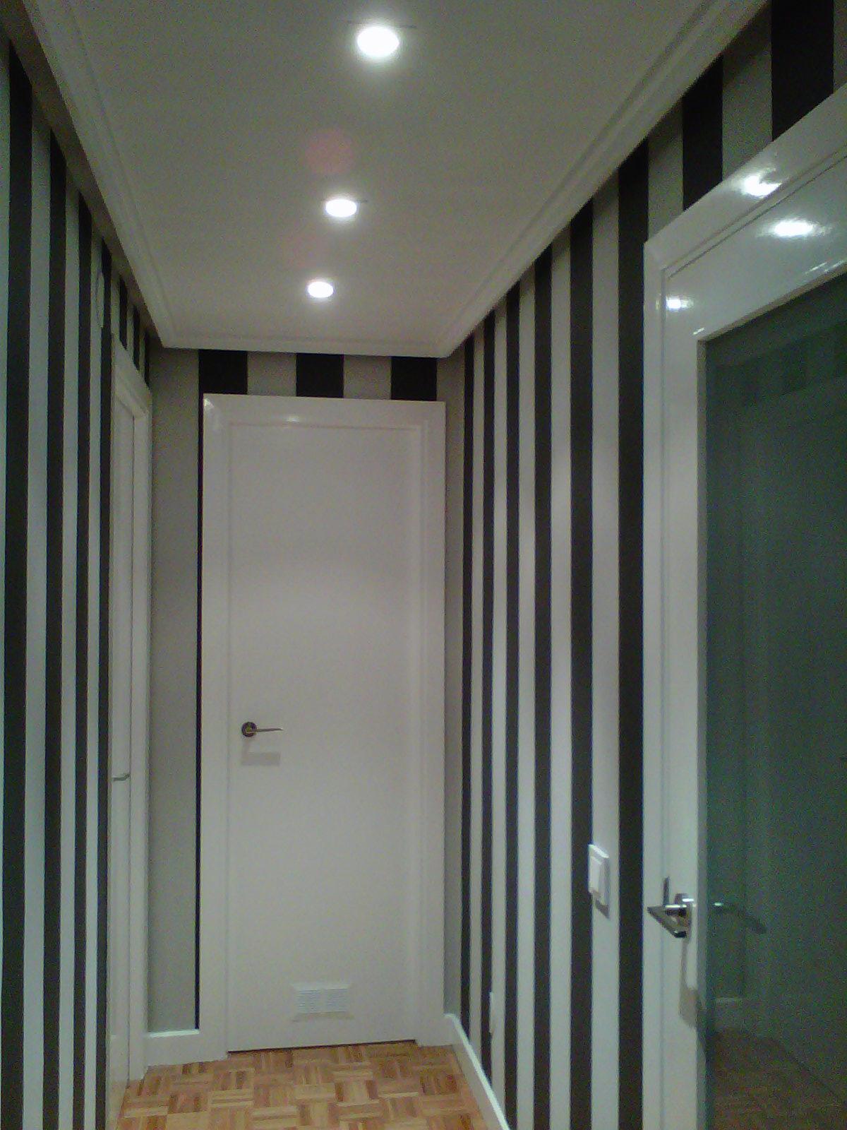 Pinturas aguado s l pintado rayas en pasillo dos for Papel pintado a rayas para pasillos
