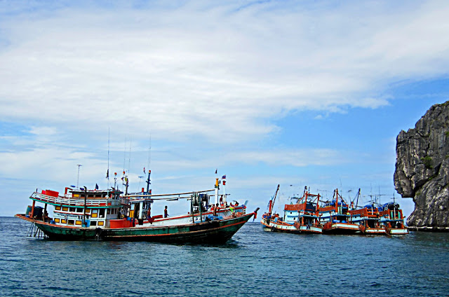 fishing trawlers in the Gulf of Thailand:  /></a></div> <br /></div> <script type=