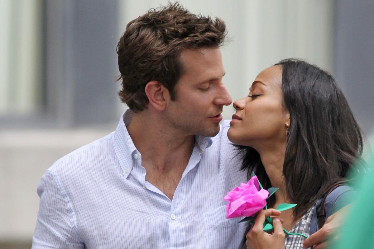 http://1.bp.blogspot.com/-NMoJZpaUQO8/UME6jE2HFoI/AAAAAAAAOus/OTIqjJWIhHI/s1600/bradley-cooper-kissing-zoe-saldana-12292011-11.jpg
