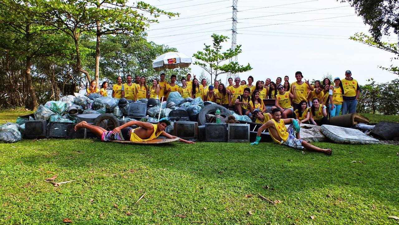 Voluntários posam para foto ao final da 50ª Ação Voluntária EcoFaxina. Foto: William R. Schepis/Instituto EcoFaxina