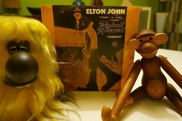 vintage hairy caveman monkey pinball wizard green dress mod twiggy emma peel 1960 1970 60s 70s Elton John en boots , un singe Bojesen , un troisième Caveman et des robes dont une très space age avec la cagoule qui monte au menton second hand market roma porta portese