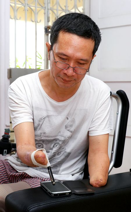 With the aid of modified elastic bands that his wife sewed, Mr Tan is able to feed himself using a fork and spoon, and even send text messages using a stylus-pen.