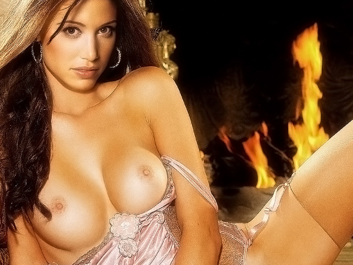 Shannon Elizabeth nude spread legs in Playboy photo
