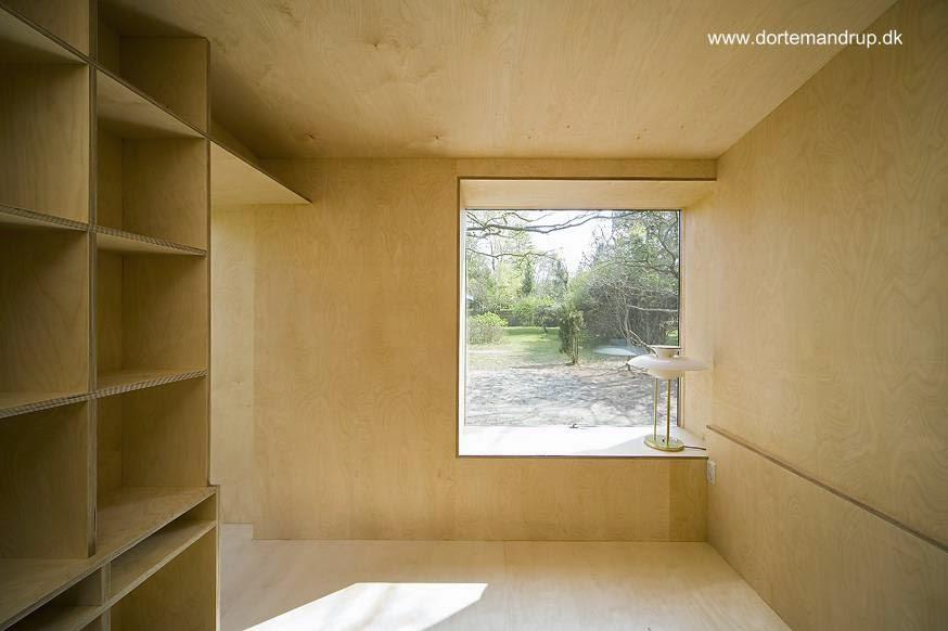 Vista del ambiente interior cubierto de madera de piso a techo