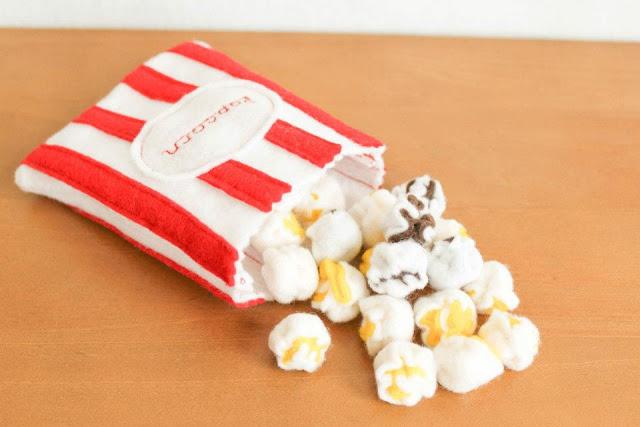 imitación de paquete de palomitas de maíz hecho con fieltro