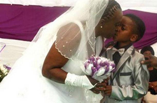 Mulher na África do Sul se casa com menino de 8 anos