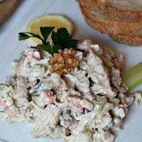 Thưởng thức salad gà thơm ngon