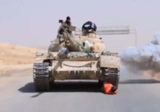 شاهد بالصور داعش يعدم جندى سوري دهسا بالدبابة