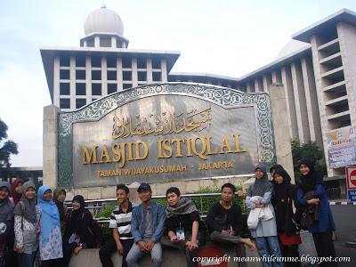 Di Depan Masjid Istiqlal