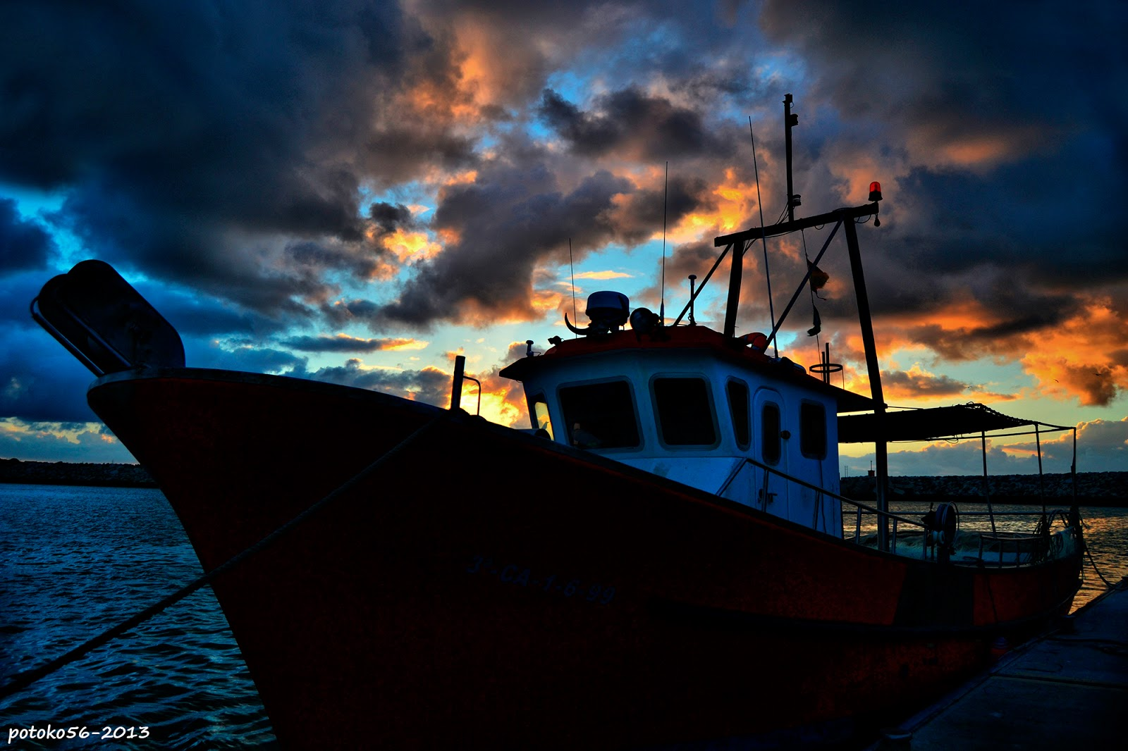Barco de pesca amarrado al muelle de Rota