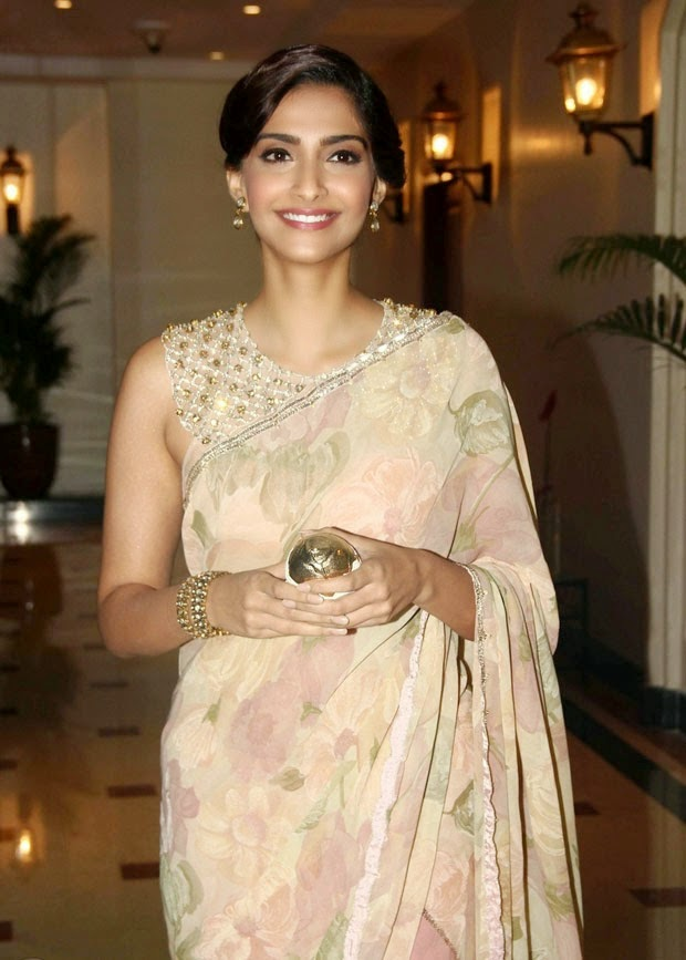 Sonam Kapoor hot in sleeveless blouse hd wallpapers