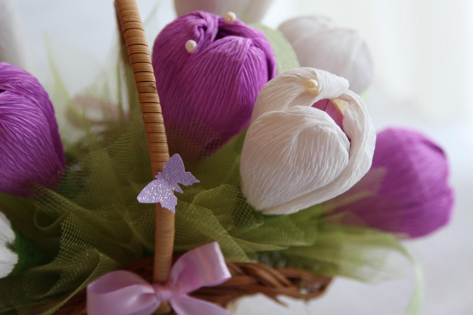 Цветок с конфетой из гофрированной бумаги своими