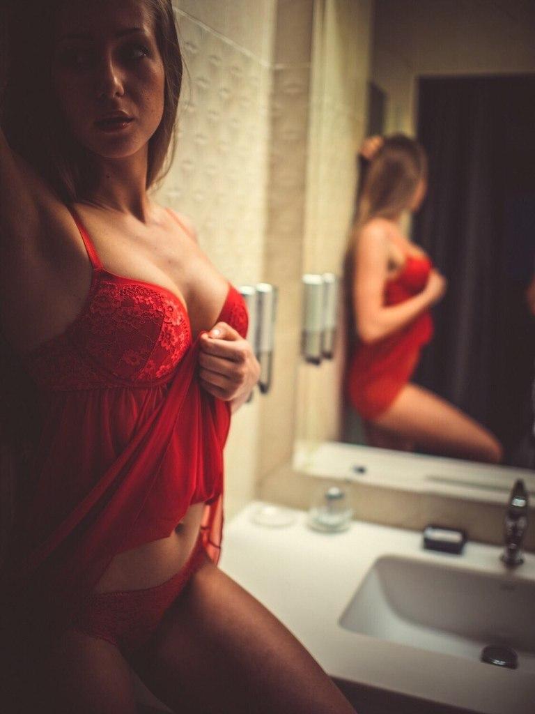 Фото голая брюнетка в чулках мини юбке и стрингах с большой силиконовой грудью 31 фотография
