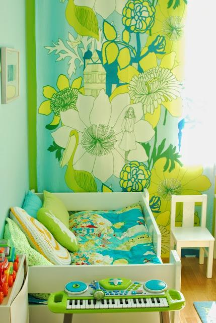 Värikäs lastenhuone - Marimekon Satumaa-verhokangas ja Unipuu-sänky