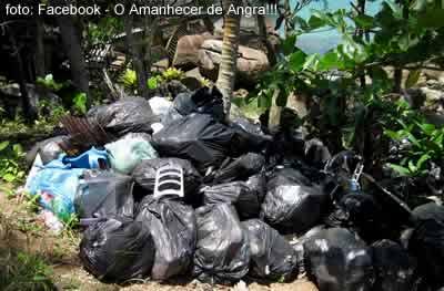 Lixo amontoado no Abraão - Ilha Grande