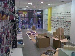 Organizando cartuchos en tienda de delicias