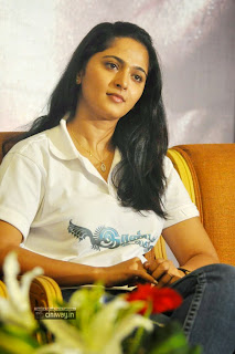 Anushka-at-Irandam-Ulagam-Press-Meet