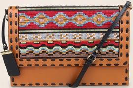 Clutch de couro bordado Arezzo verão