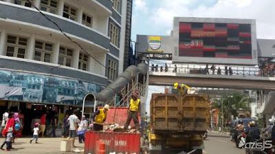 Sampah Masih Berserakan di Kawasan Alun-alun Kota Bandung