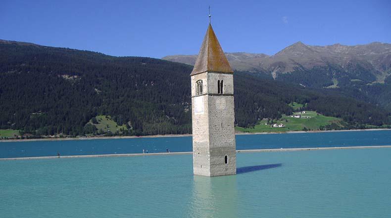 El campanario de Curon, Italia