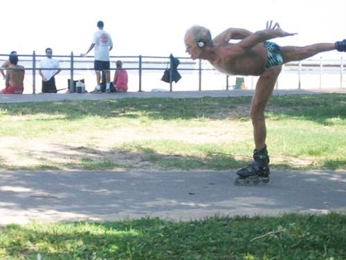 Cụ ông trượt patin