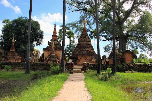 Estupas en Inwa (Mandalay, Myanmar)
