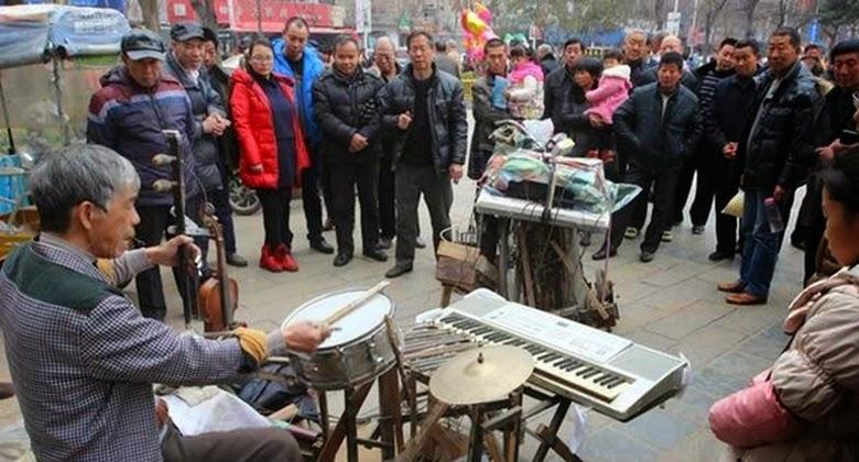Walau Umur Sudah Menua, Kakek ini Mampu Memainkan 9 Alat Musik
