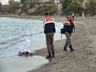 Imagem de menino morto na costa da Turquia gera comoção