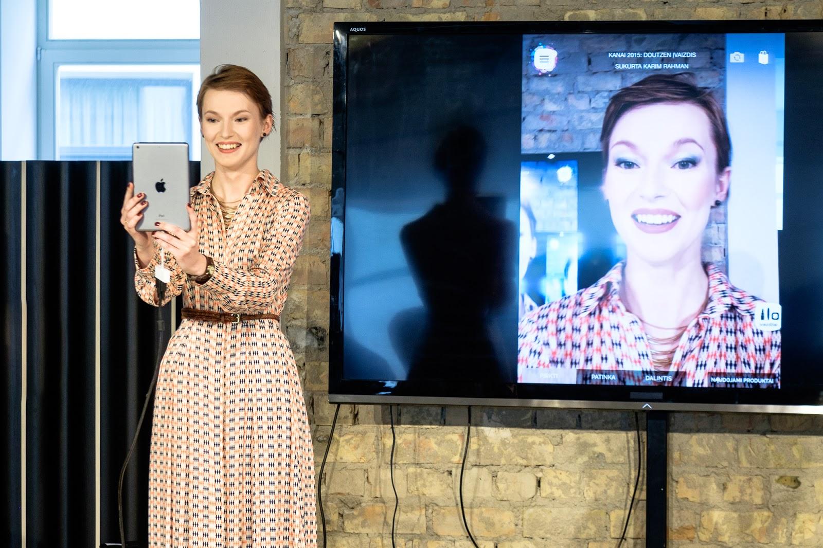 """Beata Tiškevič-Hasanova testuoja programėlę makiažui """"MakeUp Genius""""."""