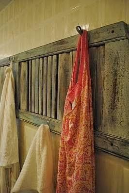 Decorar con puertas antiguas, perchero, estanteria.