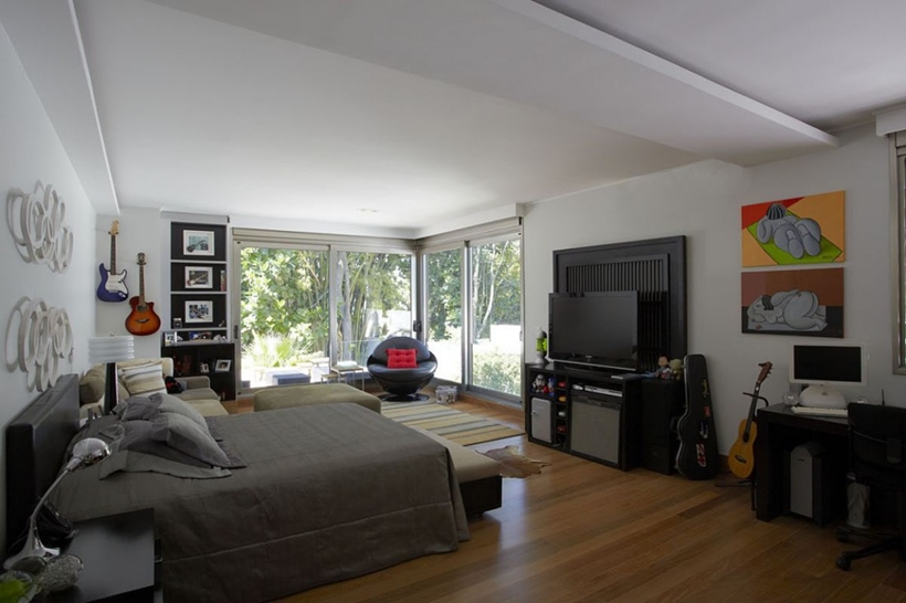 Bedroom in The Morumbi Residence by Drucker Arquitetura