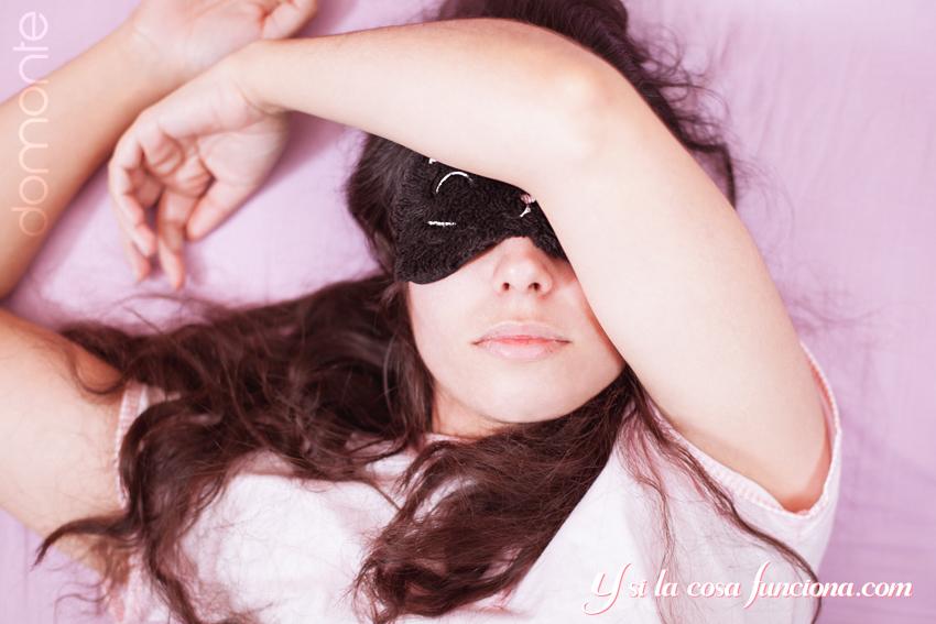 Chica dormida con antifaz.