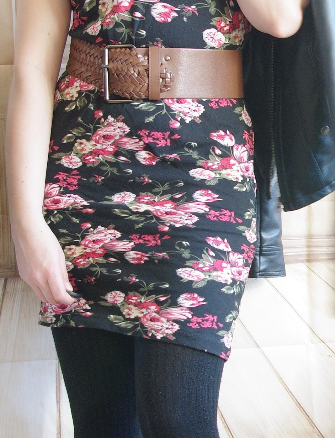 Blümchen-Kleid mit Strumpfhose und Lederjacke - Winteroutfit