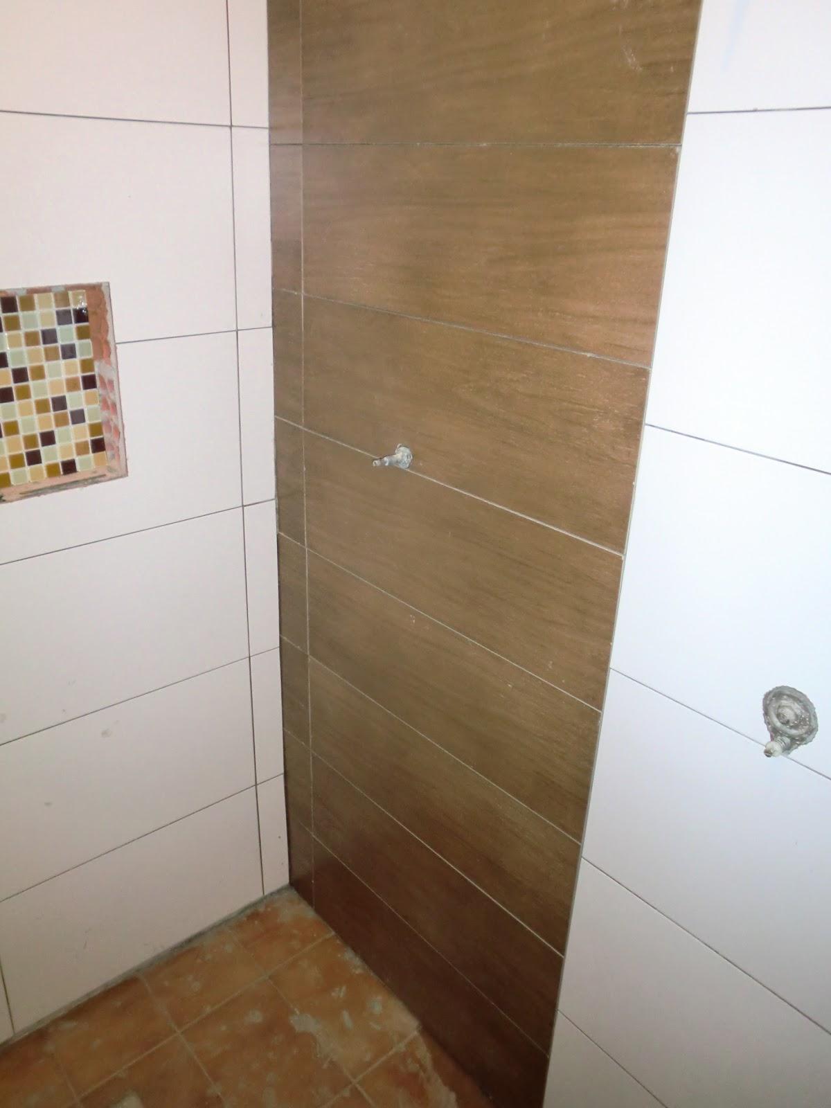 Detalhe do porcelato imitando madeira #432817 1200x1600 Banheiro Com Azulejo Que Imita Pastilha