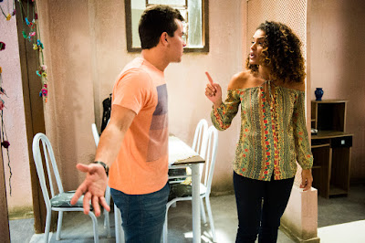 Gabi (Kizi Vaz) chocada diante de Diogo (Thiago Martins). Diogo termina o casamento. Crédito: Globo/João Miguel Júnior