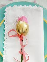 Великденска украса на чиния с роза и златно яйце