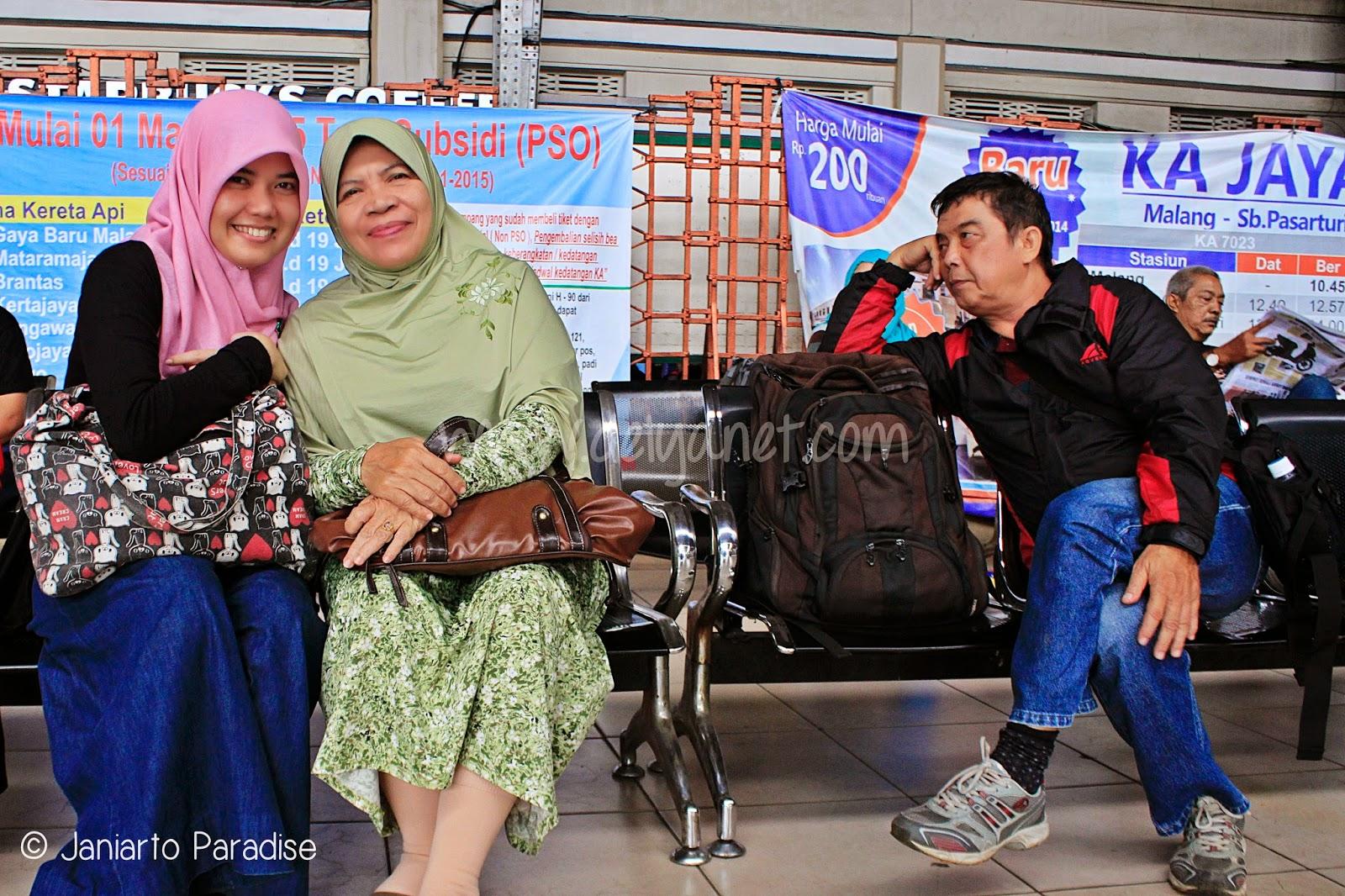 Istirahat di stasiun Jakarta Kota
