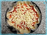 Torta di pasta sfoglia con peperoni, salame piccante e provola affumicata