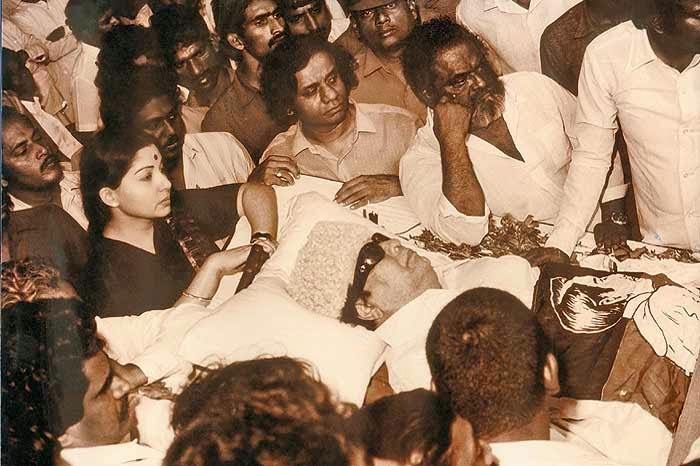 indianhistorypics j jayalalitha during the funeral of m g ramachandran. Black Bedroom Furniture Sets. Home Design Ideas