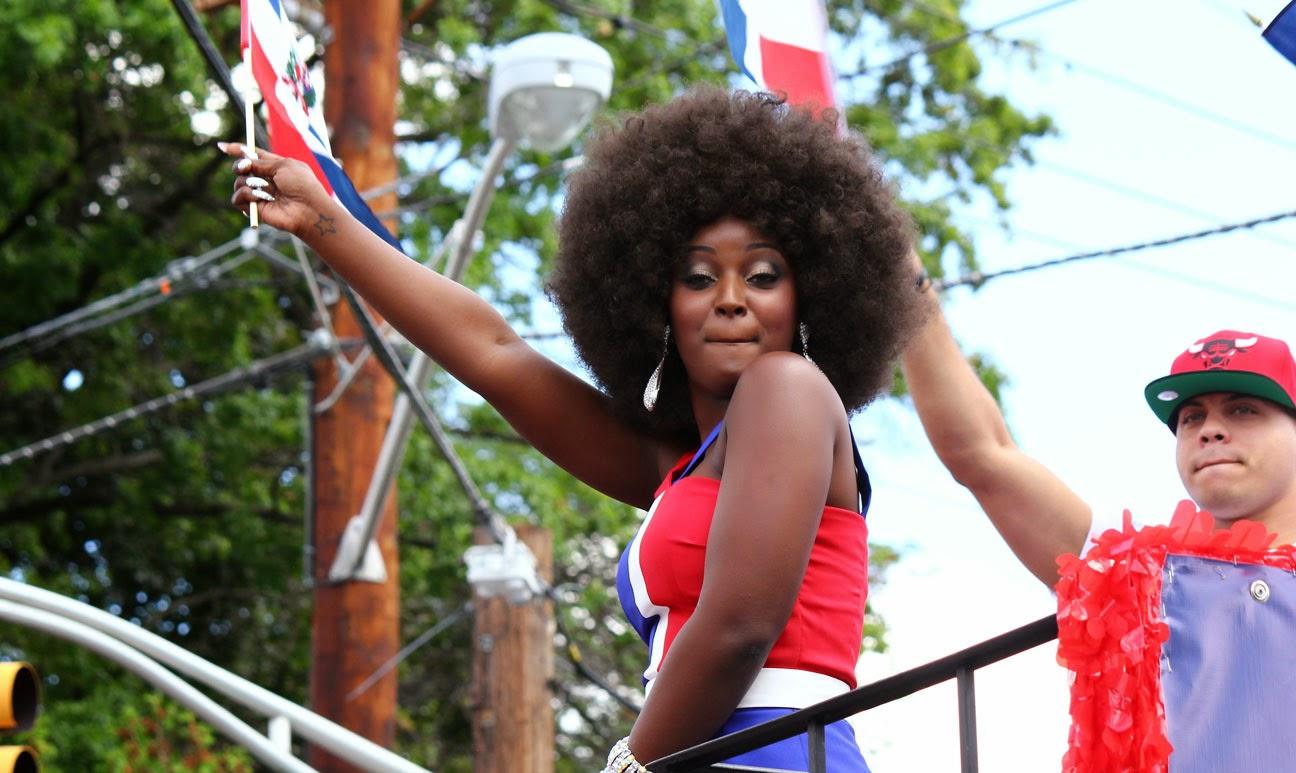 Amara la negra reyna del desfile dominicano
