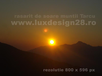 Fotografie cu rasaritul soarelui pe pajistea alpina