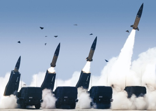 Parade HIMARS menembakkan rudal ATACMS