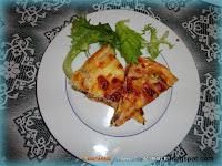 Torta salata di pasta sfoglia con melanzane, salame piccante, mozzarella e prosciutto cotto