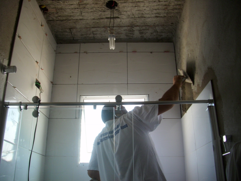no dia 07/04 quando ele voltou para terminar de assentar os azulejos  #557076 1024x768 Banheiro Azulejo Só No Box