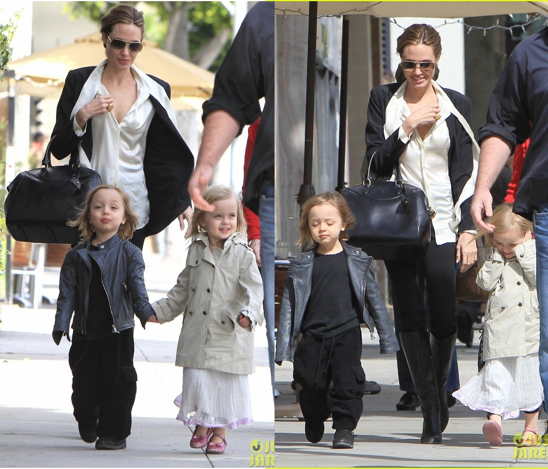 http://1.bp.blogspot.com/-NXIHrvw1WGE/T0y5xkGpypI/AAAAAAAAEfE/Yin-F4tqIck/s1600/angelina-jolie-twins-shopping-01.jpg