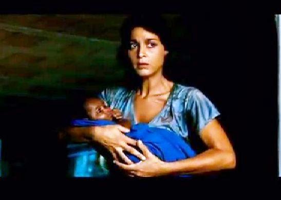 Giulietta con in braccio il figlio di Sara