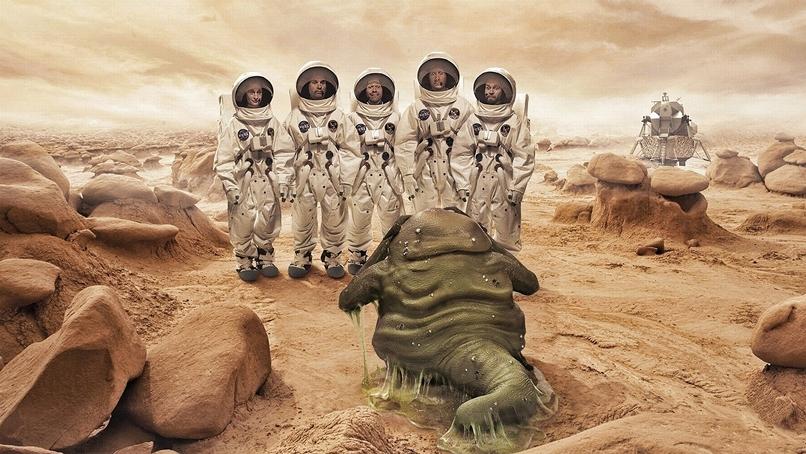 humanos e aliens em marte